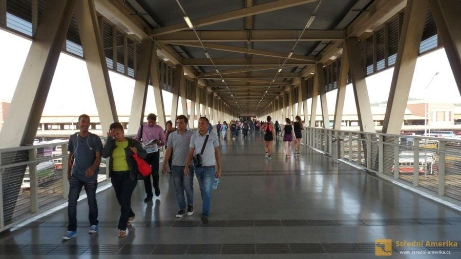 Panama-City, lávka mezi stanicí metra Albrook a autobusovým terminálem