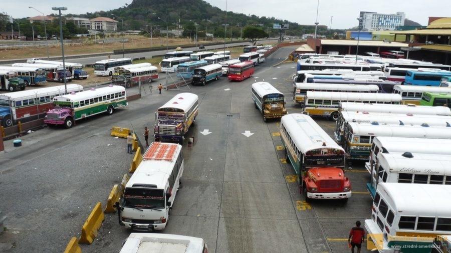 Panama, autobusový terminál, parkoviště Diablos rojos de Panamá.