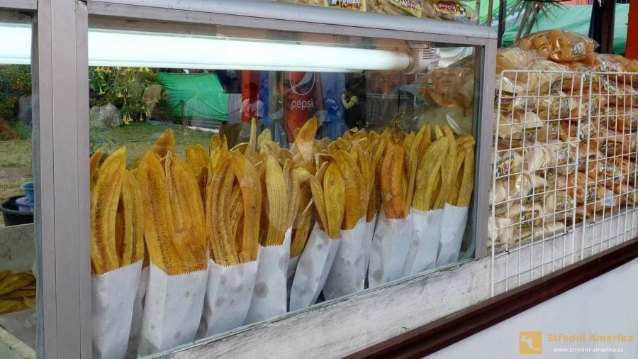 Smažené lupínky z plantainu, zeleninového banánu.