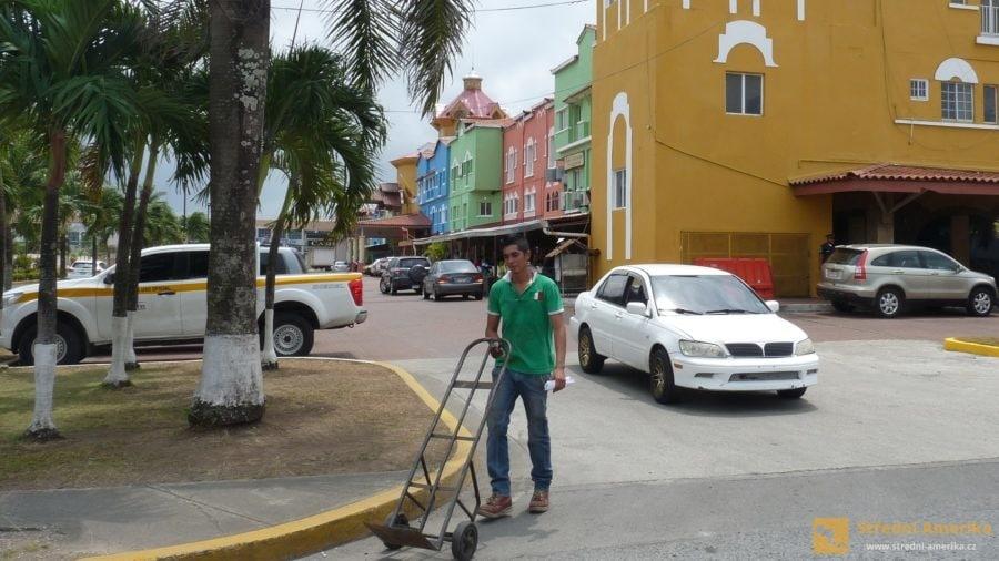 Panama. Přístavní město Colón, vstup do kanálu od Karibiku