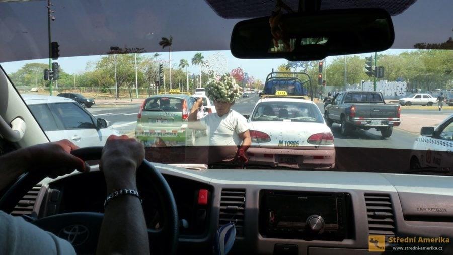 Managua. Řidič musí v ulicích města počítat se vším.