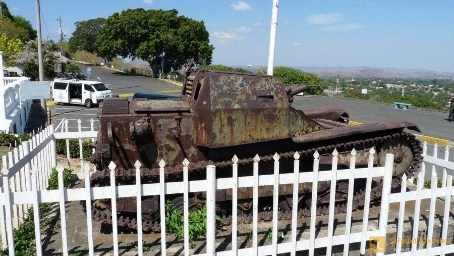Managua, vrchu Tiscapa, tank věnovaný Musolinym
