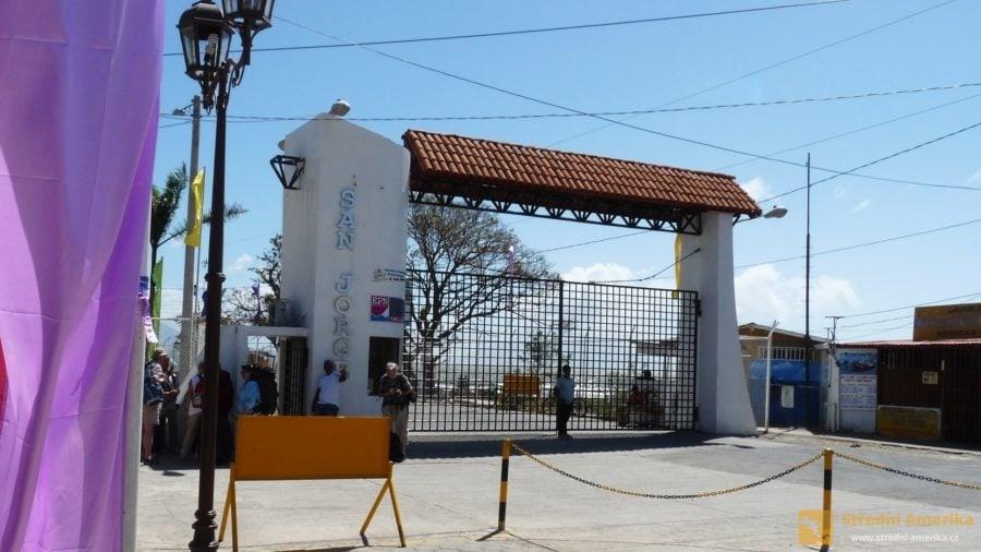 Nikaragua. Z přístavu San Jorge vyplouvají malé trajekty do přístavu Moyogalpy na ostrově Ometepe.