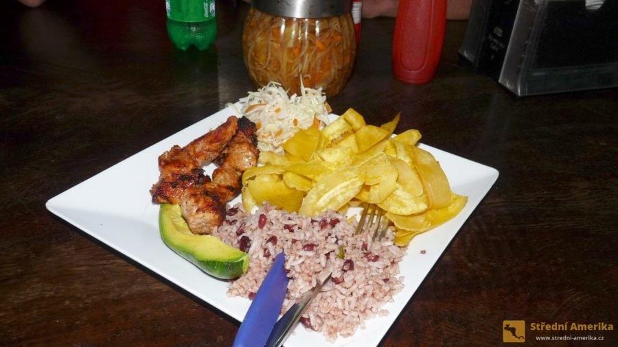 Nikaragua: Gallo pinto ve večerní podobě.