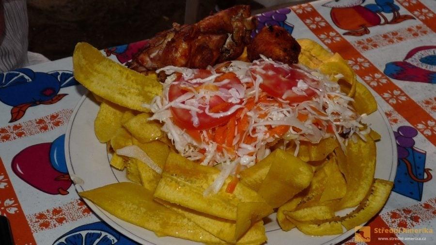 Nikaragua: Typická skladba - smažené plantainové lupínky, kuře, zelný salát.