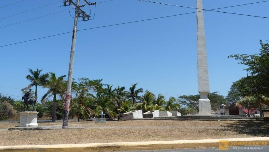 Nikaragua: Jezdecký socha a obelisk v La Virgin. Místo přestupu při cestě autobusem do San Juan del Sur.