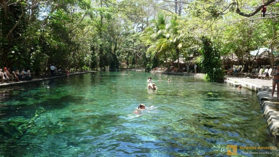 Ometepe, Ojo de Agua. Relaxační areál se stále chladnou vodou.