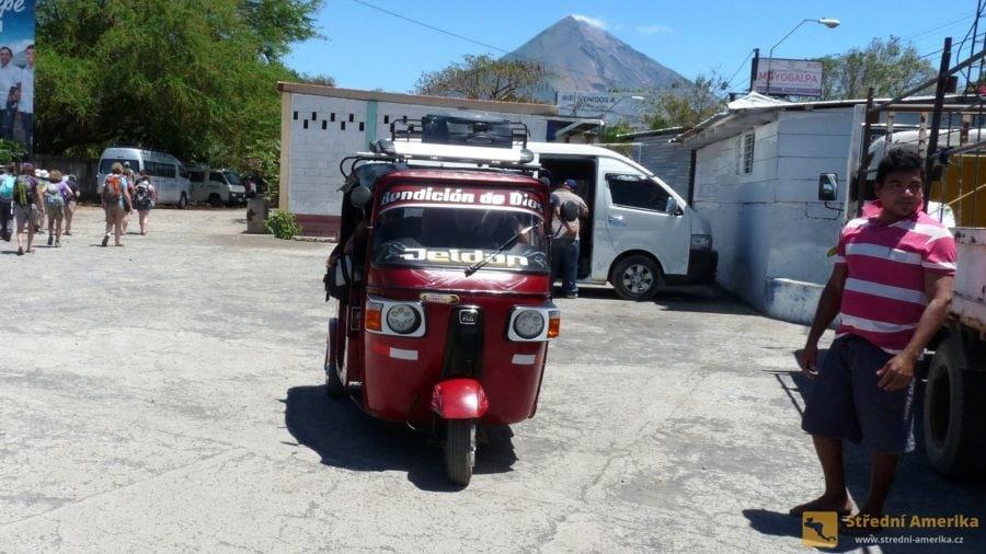 Ometepe: V přístavu turistu očekávají nájemní vozidla všeho druhu.