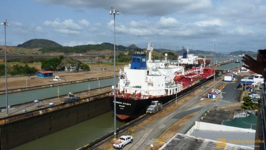 Panama: Panamsků průplav, zdymadla u Miraflores (loď připlouvá od Karibiku)