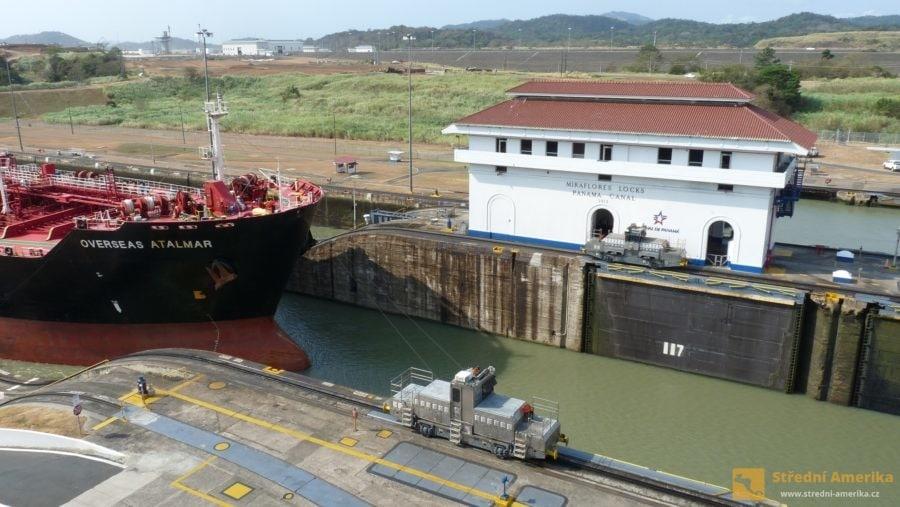 Panama, zdymadla Miraflores. Loď připlouvá od Pacifiku, lokomotiva