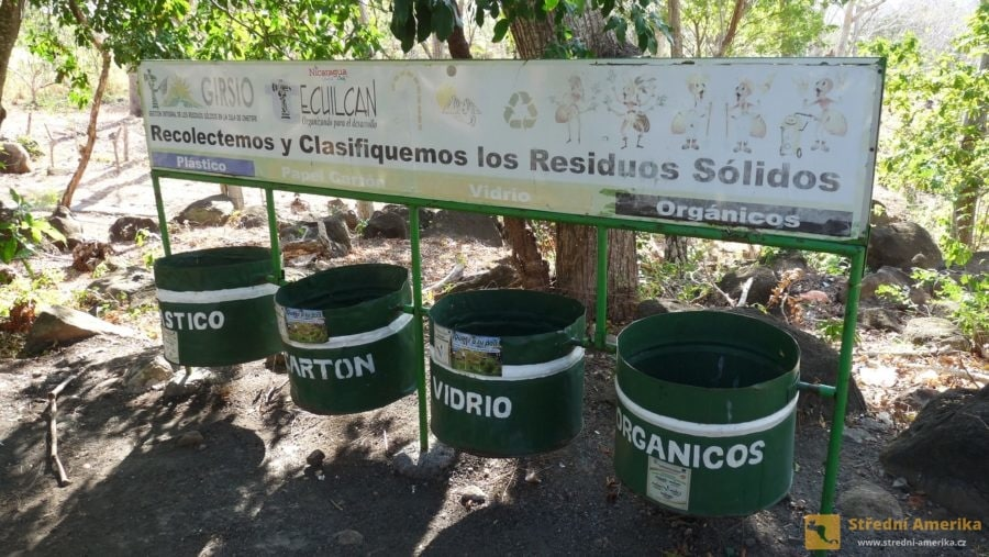 Nikaragua, Ometepe. Koše na separovaný komunální odpad.