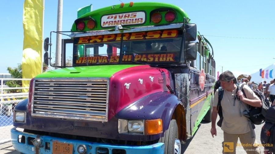 Nikaragua. Typický chicken, kuřecí autobus na místní lince Rivas - Managua.