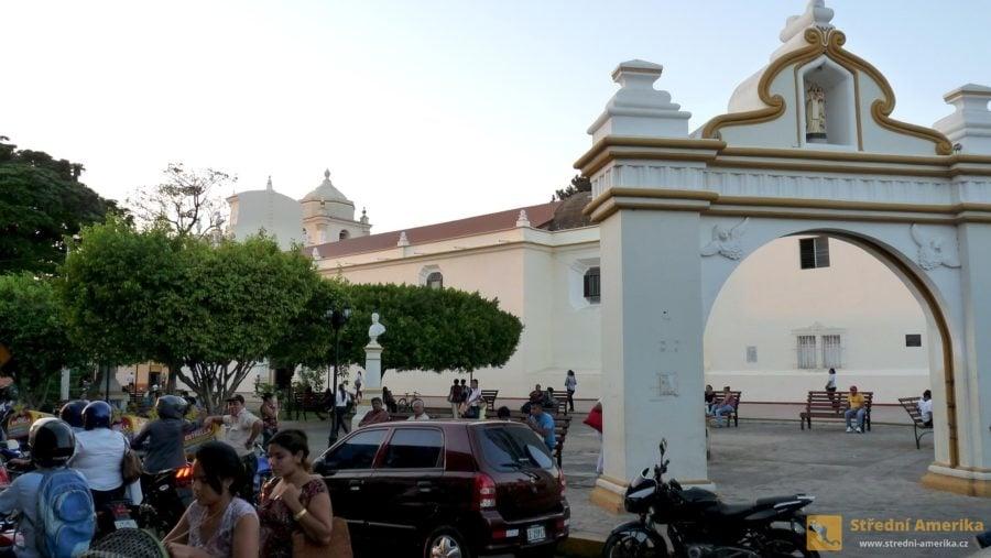 Nikaragua, Leon. Vulici El Sesteo - dva bloky západně od katedrály – jsou stánky sjídlem