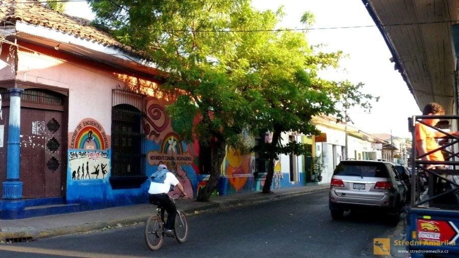 Nikaragua, Leon. Turistické projekty jsou často ve prospěch dětí a mládeže.