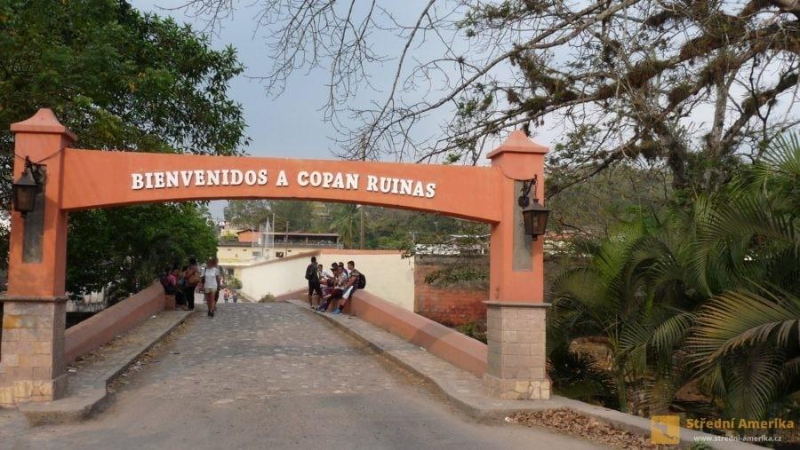 Honduras. Vstupní brána do současného města Copánu.