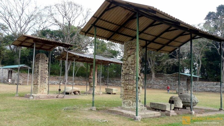 Copán. Stříšky chrání stély, umělecká kamenosochařská díla zpodobňující životy panovníků.