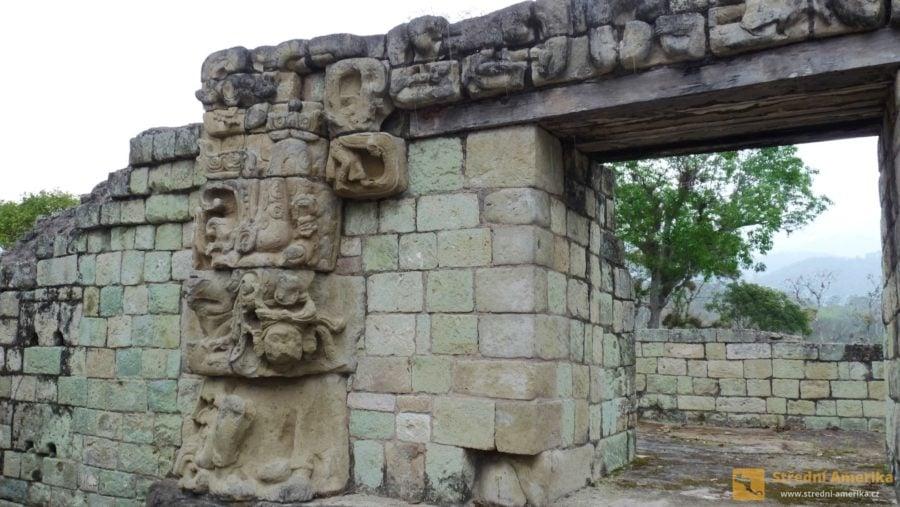 Copán. Na mayské stavby byl mimo jiné materiály používán i nazelenalý andezit sopečného původu.