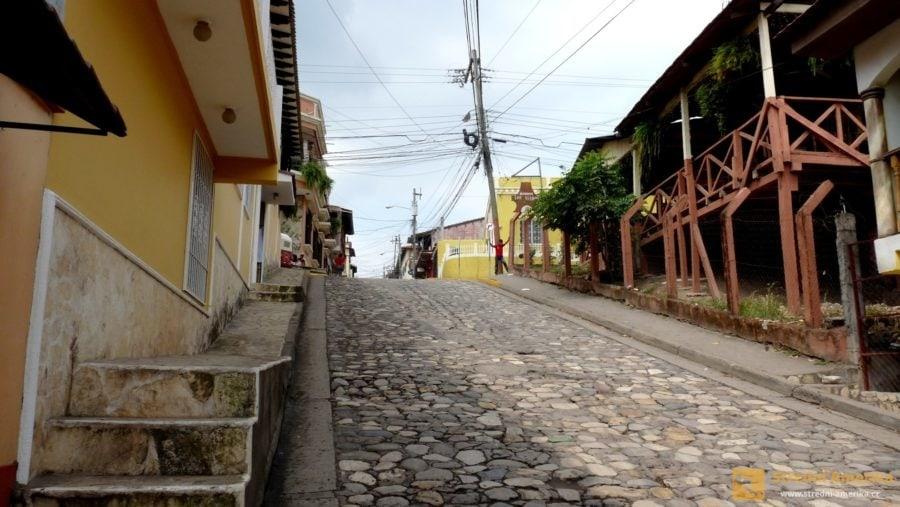 Ulice honduraského Copánu jsou strmé, ale ne příliš dlouhé.
