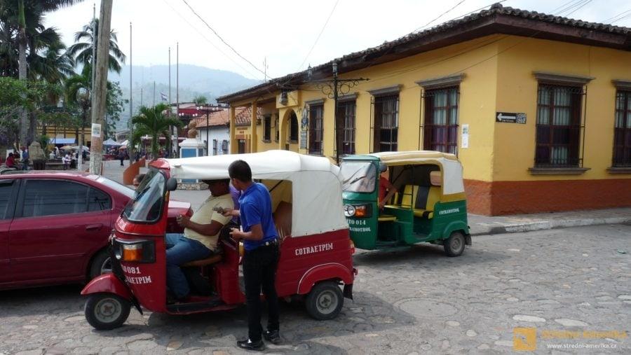 Honduras, Copán. K cestě z města k ruinám si lze najmout mototaxi.