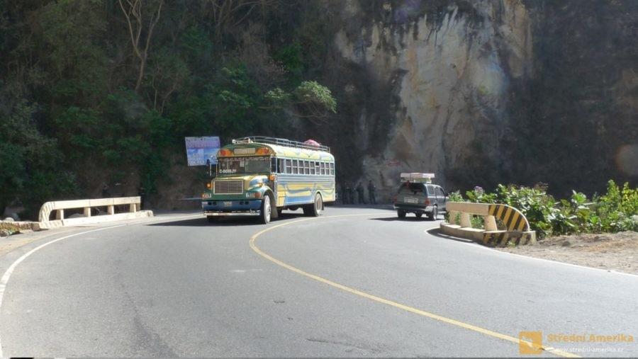 """""""Kuřecí autobusy"""", chicken buses, jsou typickým středoamerickým dopravním prostředkem."""
