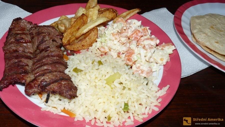Guatemala. Comida corrida je označení obměnitelného denního menu.