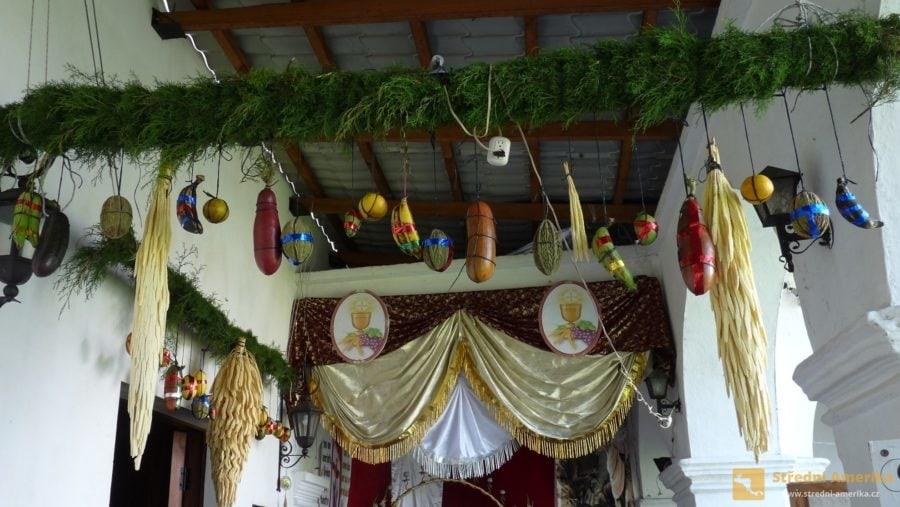 Guatemala. Chrám v Santiagu Atitlán je ukázkovým příkladem náboženského synkretismu.