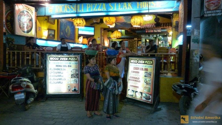Guatemala, Panajachel. Rušná zábava pokračuje hluboko do noci