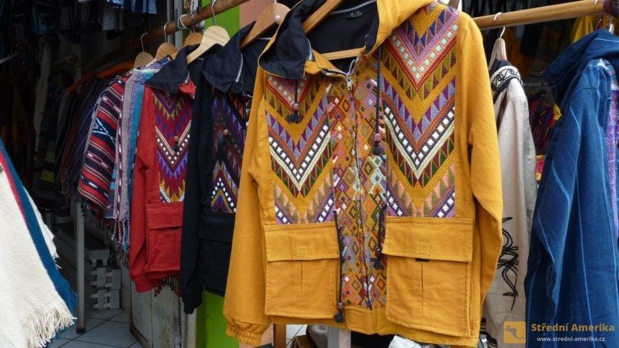 Guatemala, Panajachel. V četných buticích jsou k mání oděvy sice