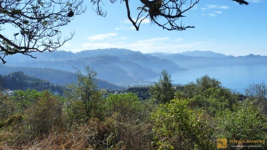 Letovisko Panajachelna se nachází na severním břehu jezera Atitlán, doslova v klínu hor.