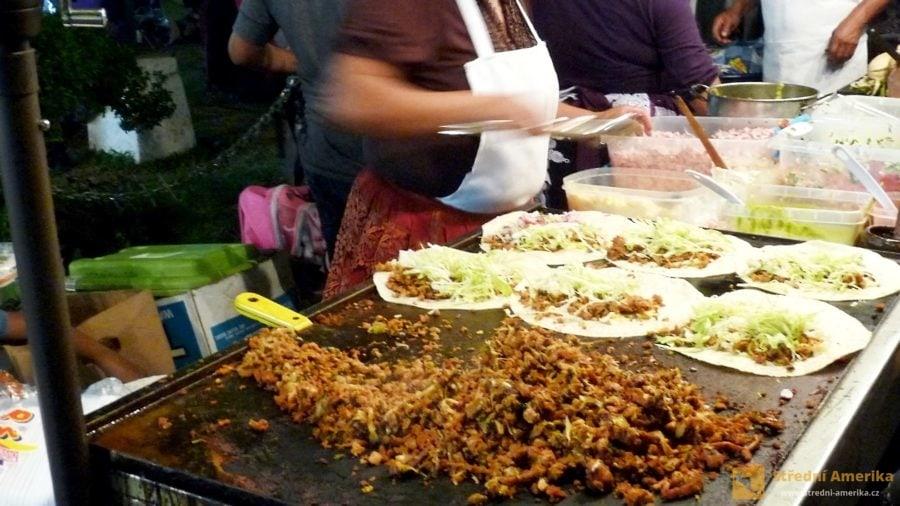 Guatemala, příprava buritos.