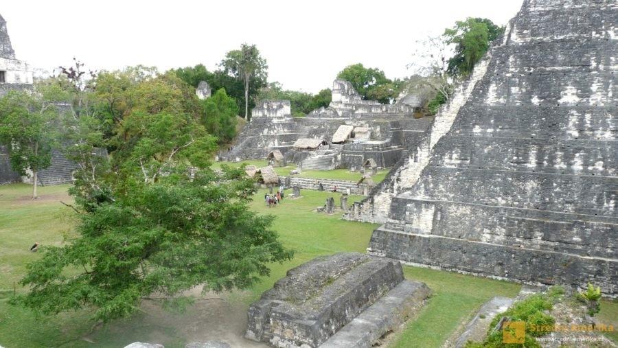 Guatemala, Tikal. Návštěvníci mezi ruinami volně procházejí, na některé budovy mohou vystoupat.
