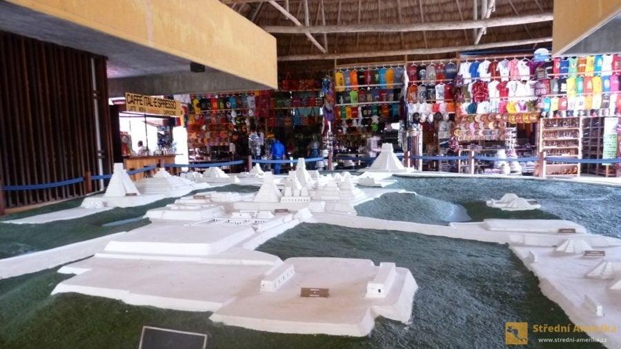 Guatemala, Tikal. Model původního města v moderním návštěvnickém centru