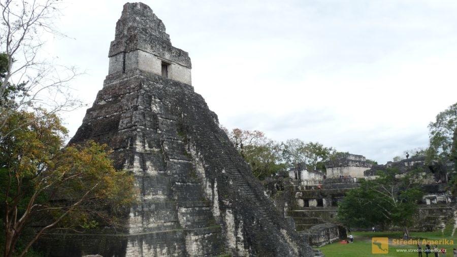 Guatemala, mayský Tikal. Vareálu je možno i přestat