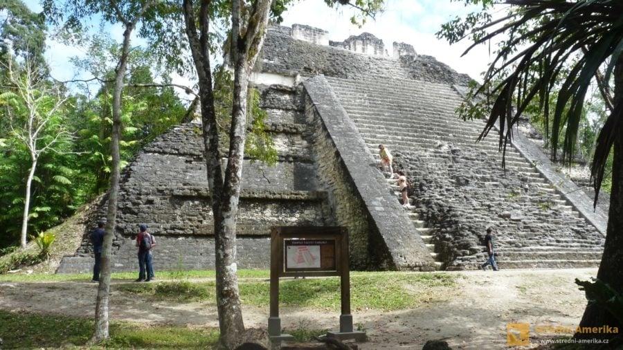 Guatemala, Tikal. Vrozsáhlém prostoru mayských ruin se turisté pohybují sami nebo sprůvodcem.