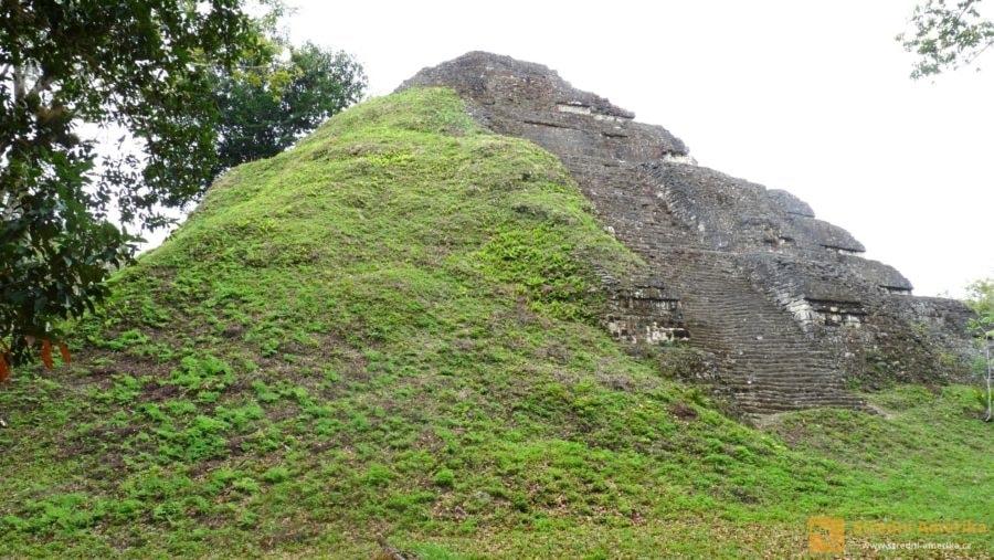 Guatemala, ruiny mayského Tikalu. Opuštěné město pohltila džungle.