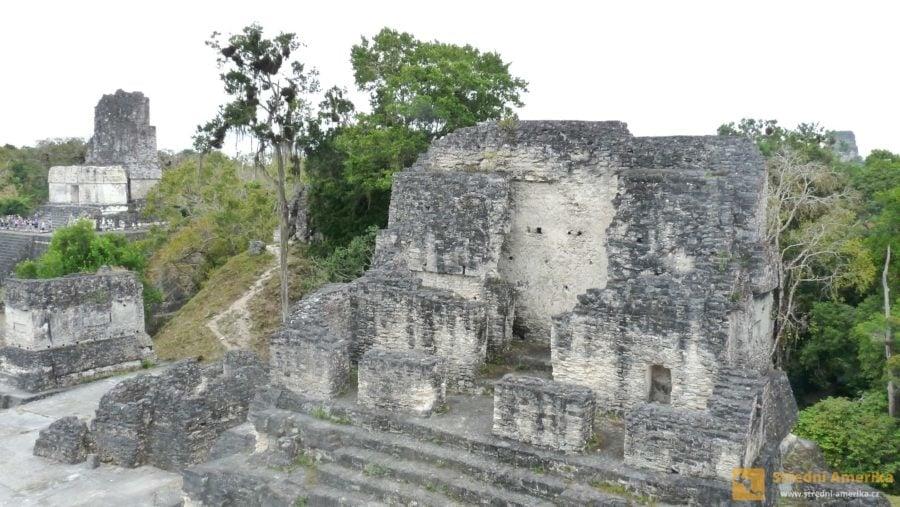 Guatemala, ruiny mayského Tikalu. Areál je otevřen denně od šesti ráno do 18 hodin večer.