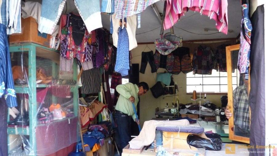 Krejčovská dílna v Panajachel. Na nezájem zákazníků si mistr krejčí nestěžuje.