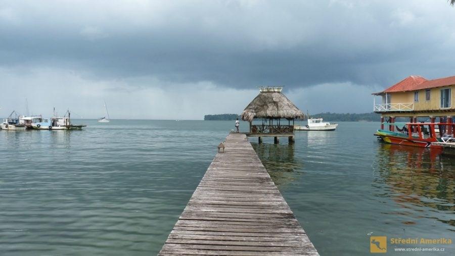 Livingston se nachází ve východní Guatemale, na břehu Honduraského zálivu.