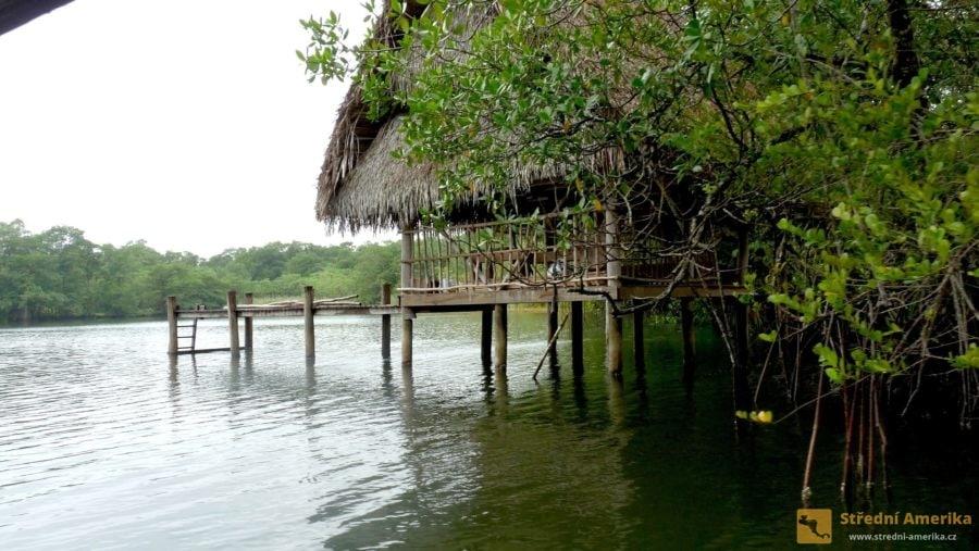 Kolové stavení na Rio Dulce. Kanoe není před domem, obyvatelé zřejmě jeli za obchodem.