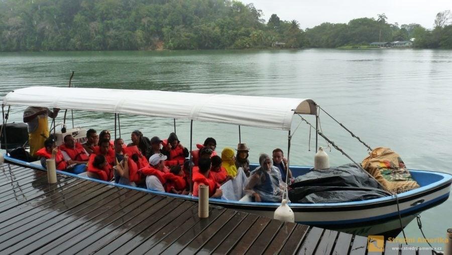 Guatemala, vyhlídková loď na cestu po Rio Dulce