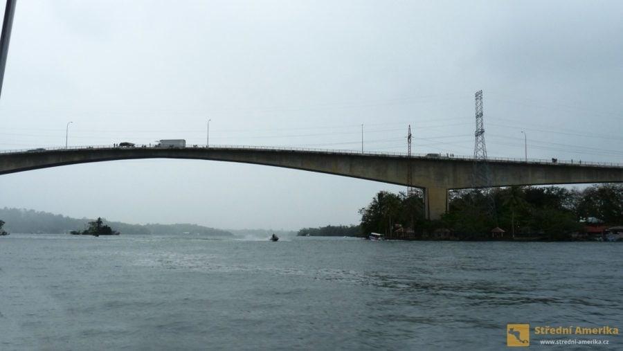Guatemala, Rio Dulce, jeden z nejdelších mostů ve střední Americe.