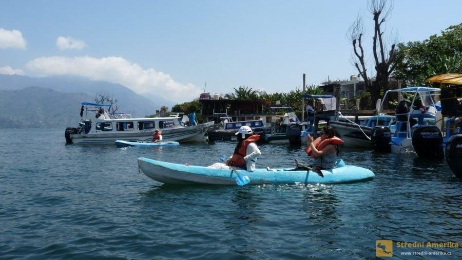 Guatemala, San Pedro. Ve městě je několik půjčoven vodáckého vybavení.