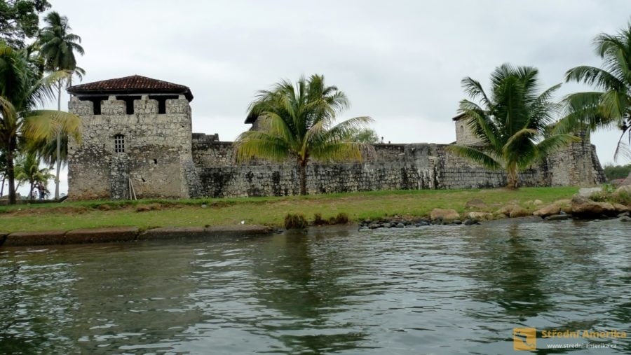 Guatemala, pevnostní hrad Castillo de San Felipe de Lara.
