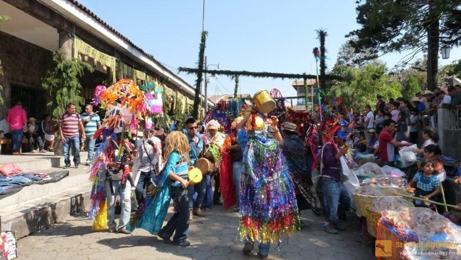 Guatemala. V Santiagu Atitlán se každoročně vbřeznu koná velký festival hudby a umění.
