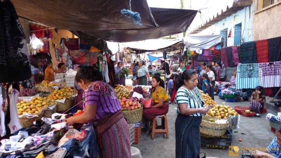 Tržnice na náměstí Santiaga, kde turisty z Evropy zaujmou především zemědělské výpěstky neznámých druhů.