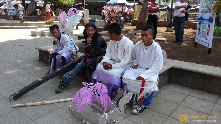 Santiago Atitlán. Protagonisté velikonoční pouliční hry.