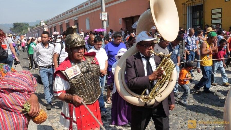 Antigua Guatemala, průvod technicky jistí římští legionáři. Velký nástroj je suzafon.
