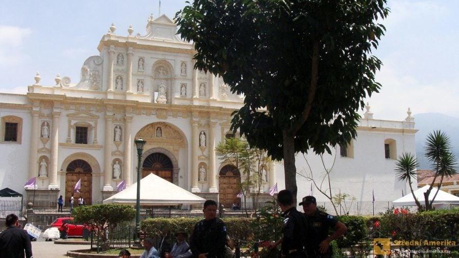 Antigua Guatemala, katedrála na centrálním náměstí