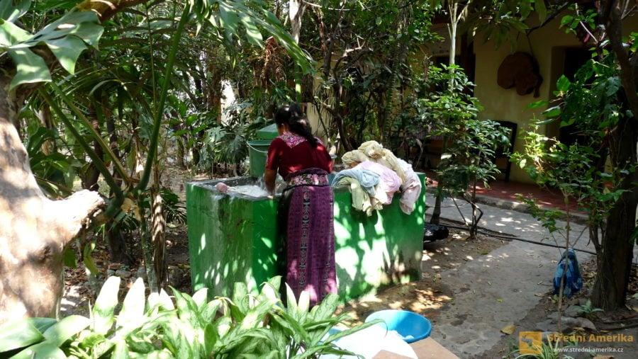 Guatemala. Hotelové lůžkoviny jsou právě vyprané. Jen ta pračka je nějaká divná...