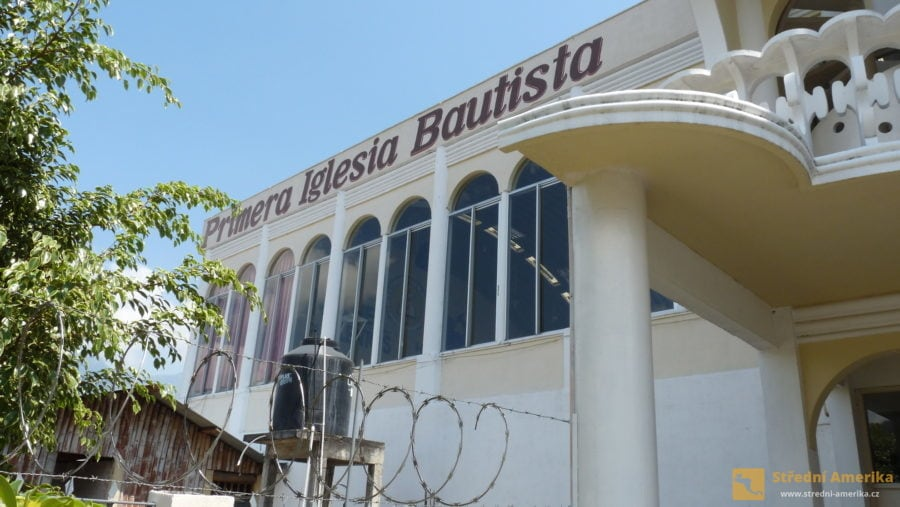 Náboženství v Guatemale. Asi čtvrtina obyvatel země je evangelického vyznání. První baptistický kostel v San Pedru.